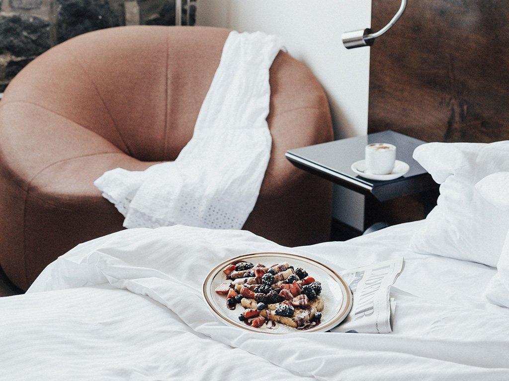 Un plateau petit-déjeuner sur l'un des lits de l'Auberge du Vieux-Port.